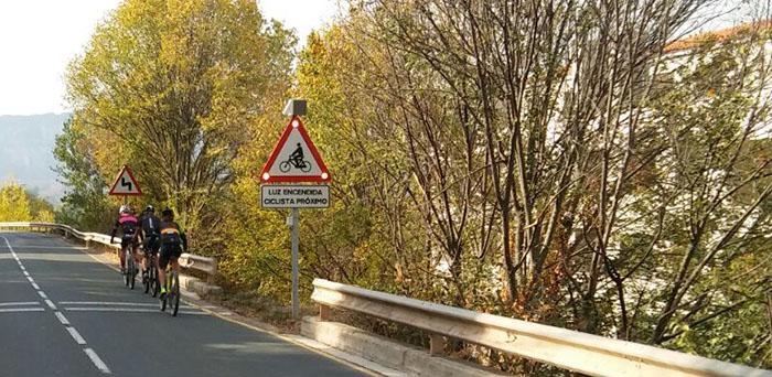 Senal-luminosa-para-avisar-presencia-ciclistas-detalle