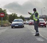 Agente regulando el tráfico